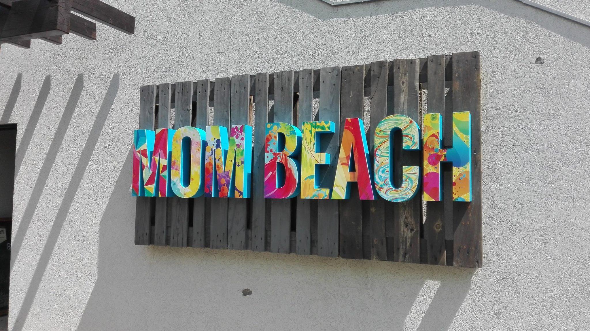 MOM Beach felirat