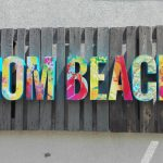 MOM Beach plasztikus felirat